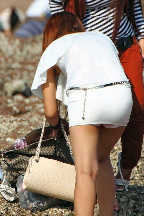 短いスカートから見える下着がエロい (13)