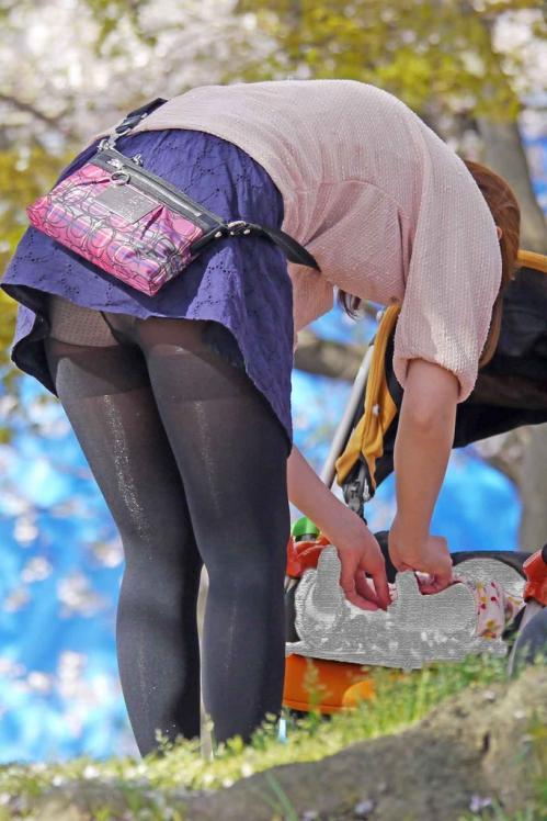 短いスカートから見える下着がエロい (5)
