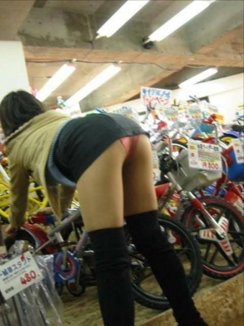 短いスカートから見える下着がエロい (6)