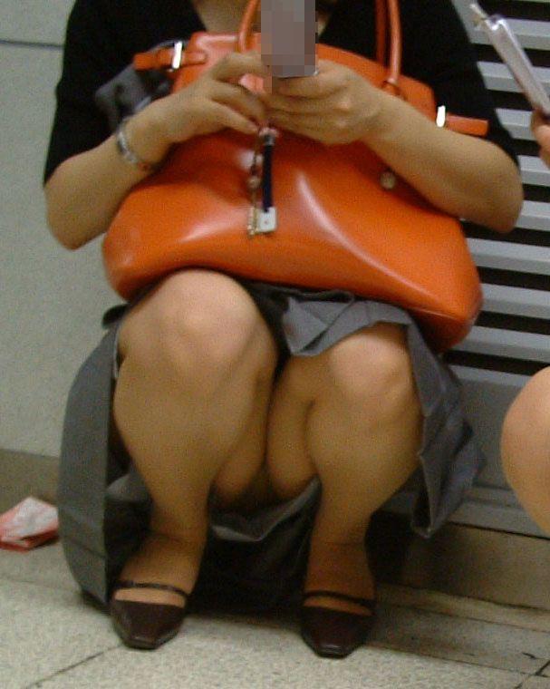 スカートの中から丸見えになった下着たち (4)