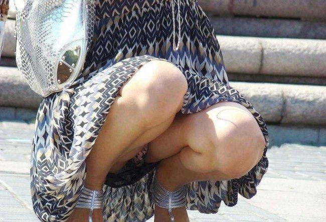 スカートの中から丸見えになった下着たち (8)