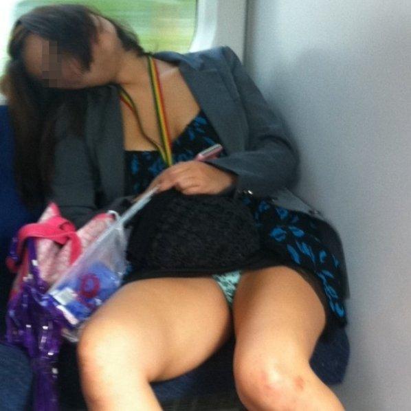 【H,エロ画像】列車でパンチラ見せてくれる女ってビッチで間違いないwww ほか
