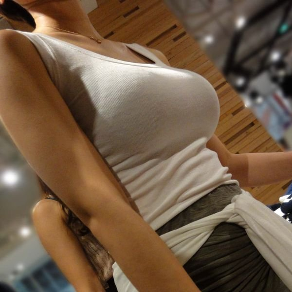 乳房がデカくて服がハチ切れそう (1)