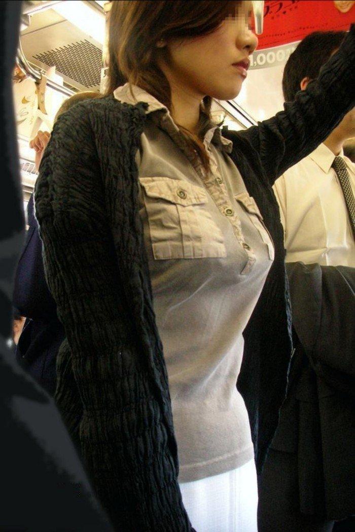 乳房がデカくて服がハチ切れそう (12)