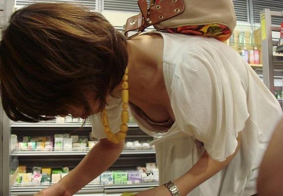 乳房がチラリと見え隠れしているのを発見 (5)