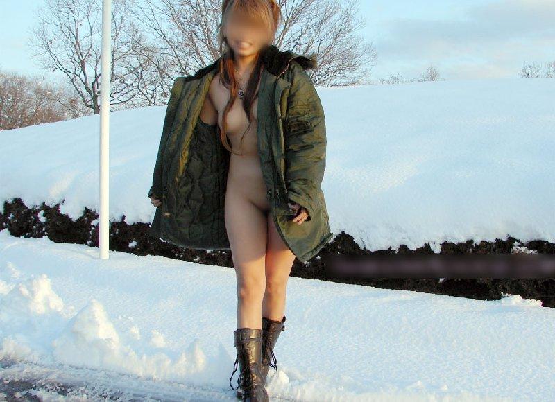 外で通行人がいても気にせず裸になっちゃう (10)