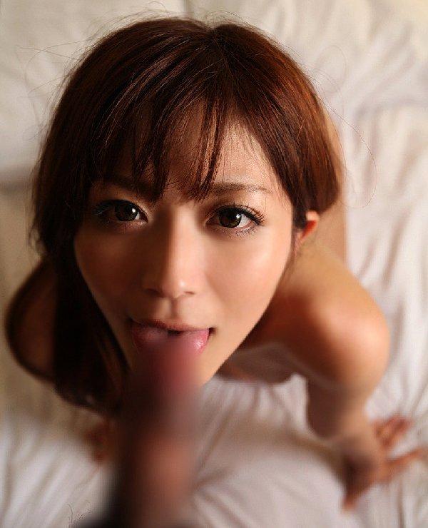 股間に顔を埋める女の子と見つめ合う (15)