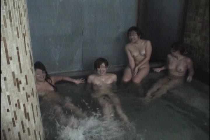 こんな場所なのに素っ裸を撮影しちゃう (9)