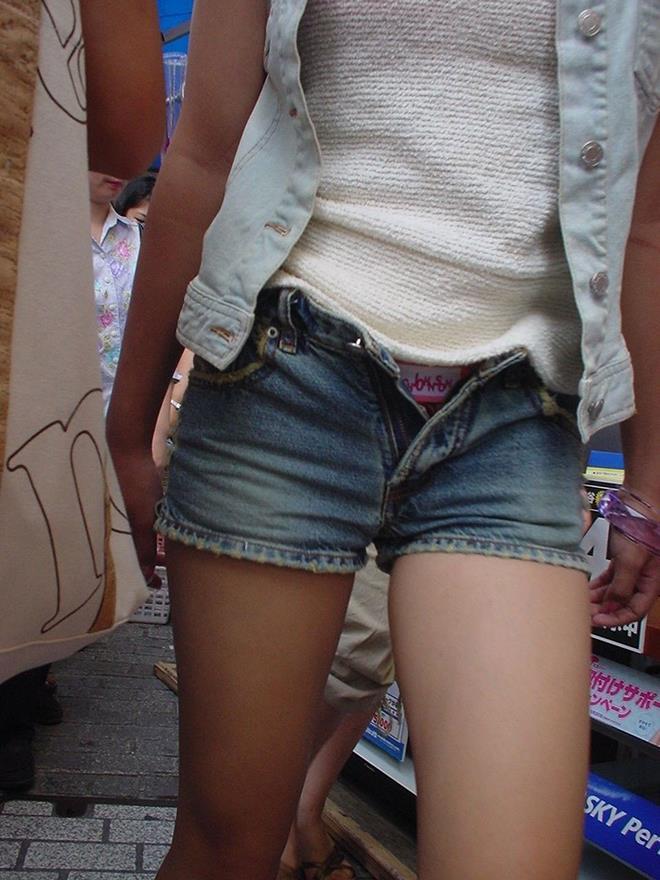 ショートパンツが短いのでハミ出てる (8)