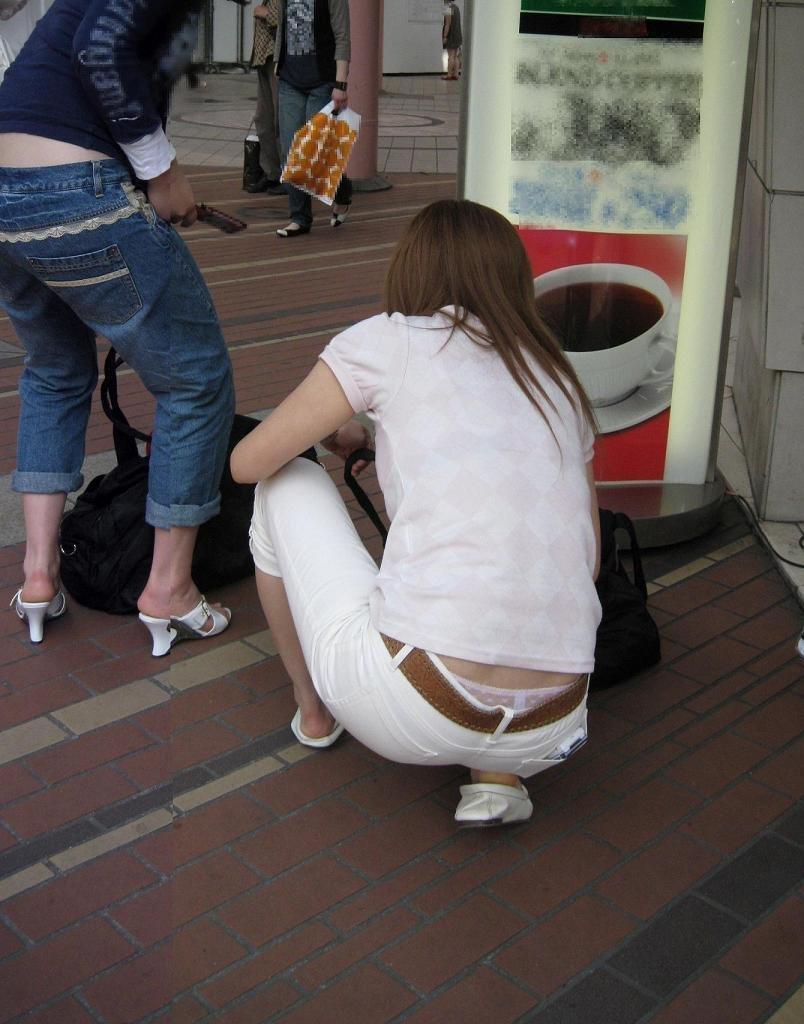 お尻の辺りから下着や尻の割れ目が見えてる (3)