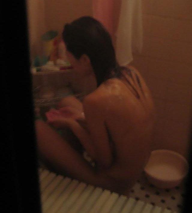 お風呂に入ってる女の子を窓から見ちゃう (8)