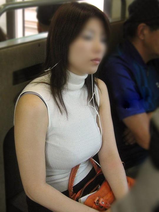 爆乳の乳房が目立ちすぎ (5)