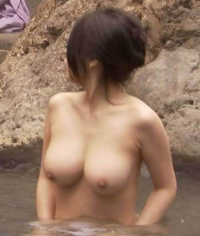 たくさんの女性が温泉に入浴中 (18)