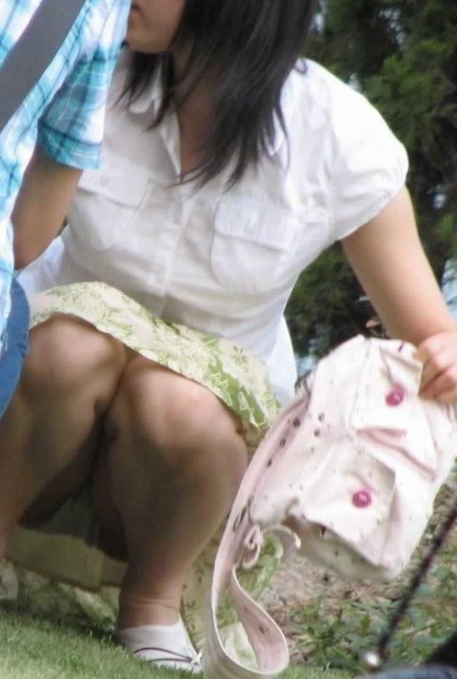 ウンコ座りすると下着が丸見えになる (5)