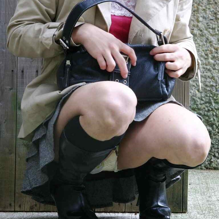 しゃがみパンチラで、素人娘たちの股間からパンツが見えてる