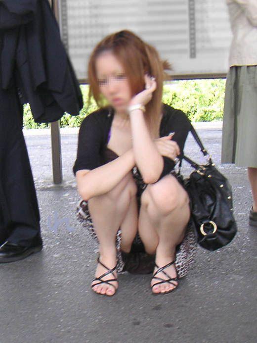 ウンコ座りすると下着が丸見えになる (8)