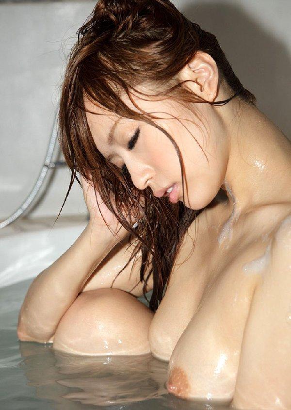 乳房が水に濡れると艶めかしさが増加 (12)