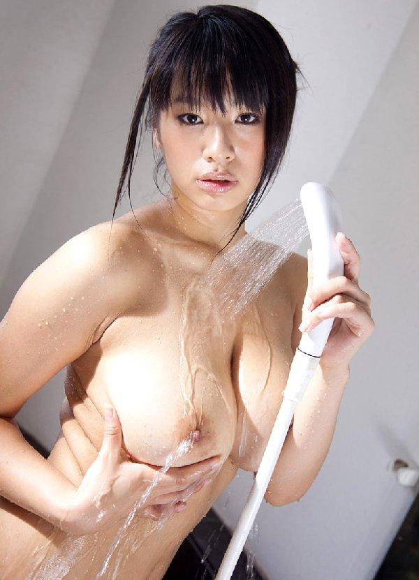 乳房が水に濡れると艶めかしさが増加 (11)