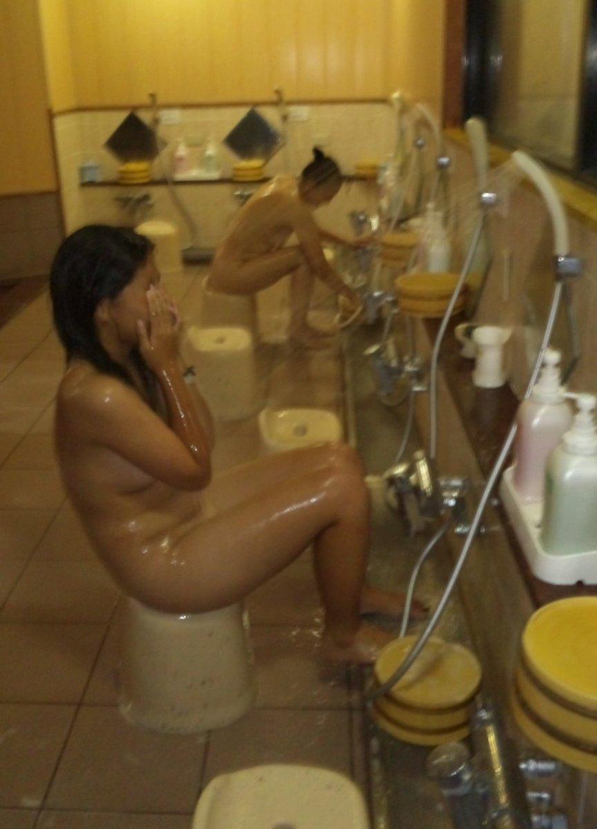 女風呂を覗いてみるとハーレムが見えた (18)