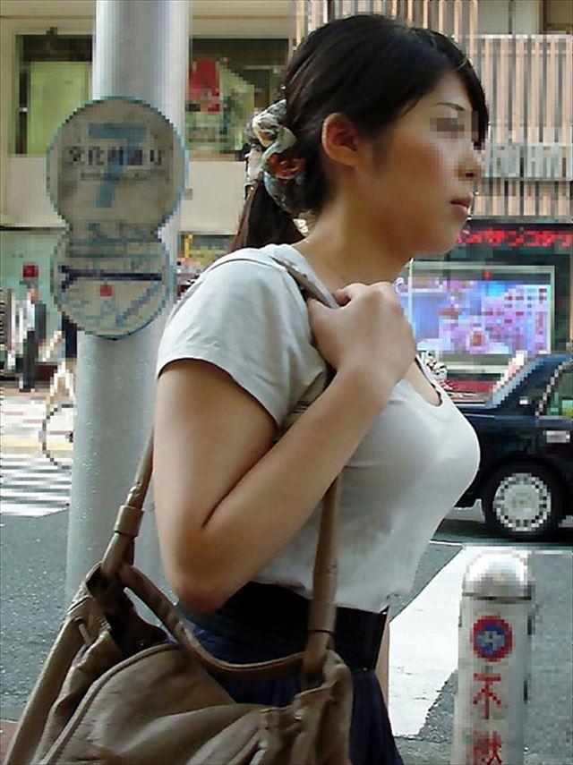 爆乳の乳房に目が奪われる (6)