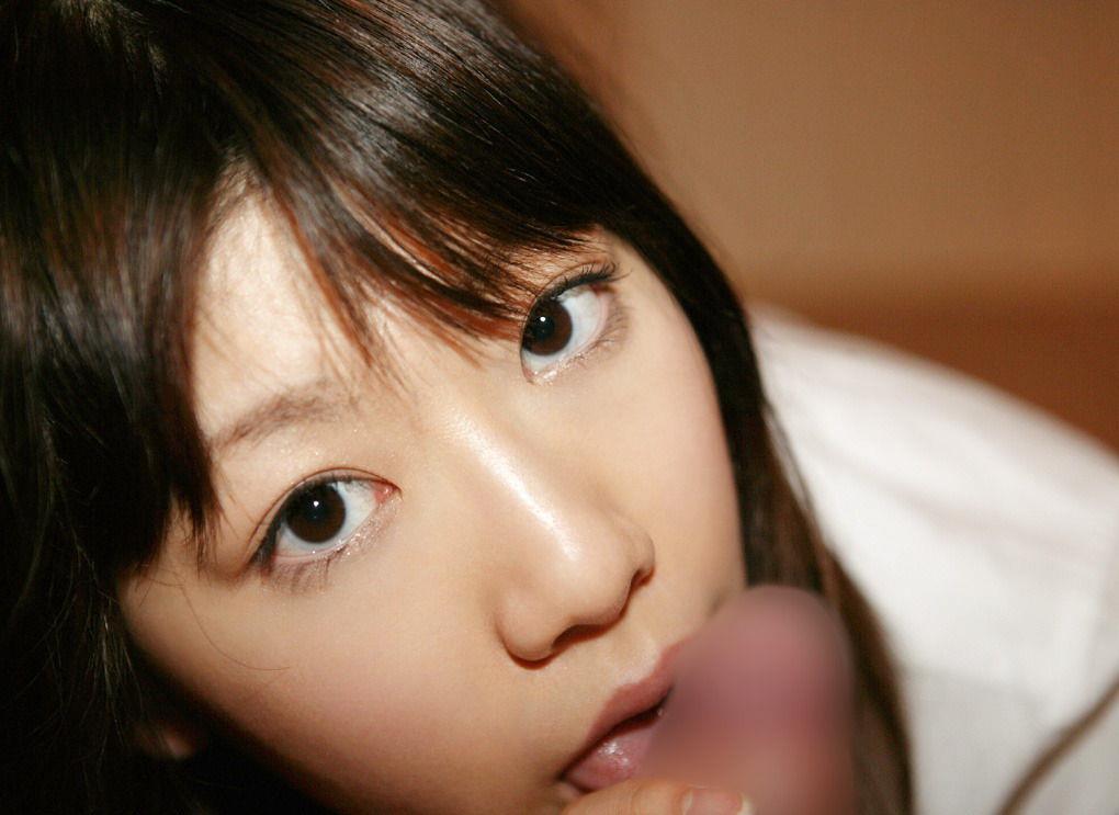 可愛い口でペニスを舐めてくれる子 (9)