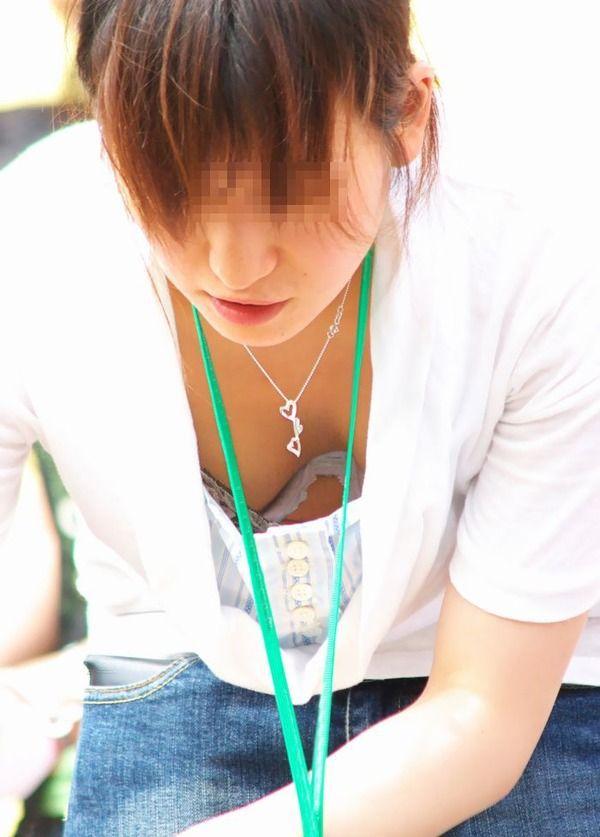 乳房が見えている無防備な女の子 (16)
