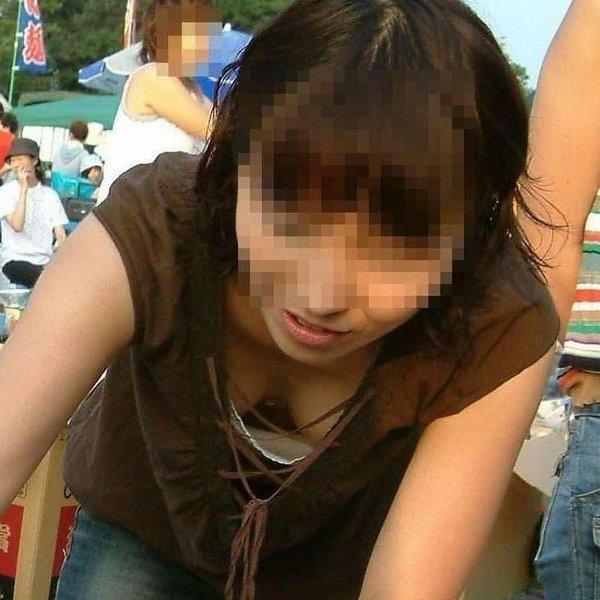 乳房が見えている無防備な女の子 (1)