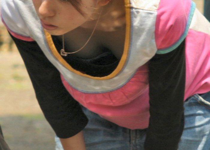 乳房が見えている無防備な女の子 (6)