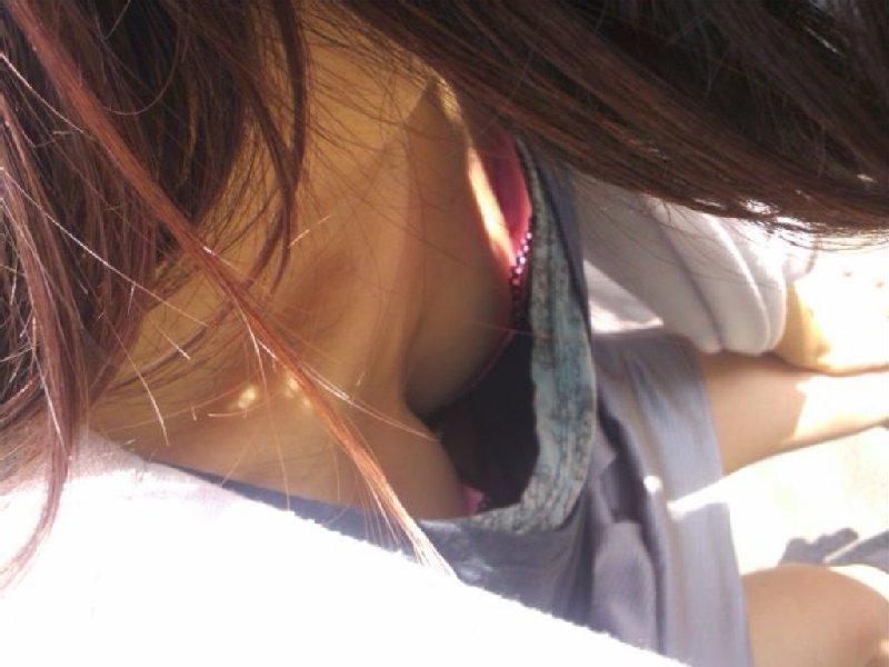 乳房が見えている無防備な女の子 (13)