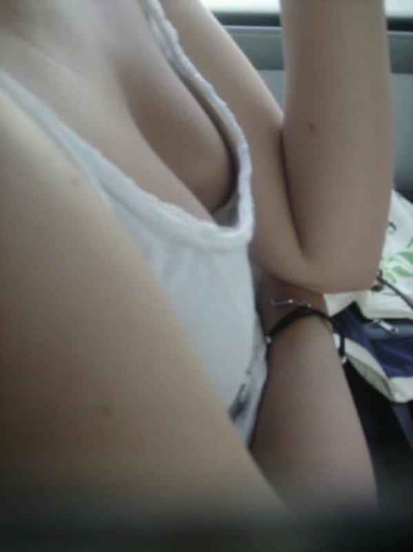 乳房とか乳首とかチラチラしてる (5)
