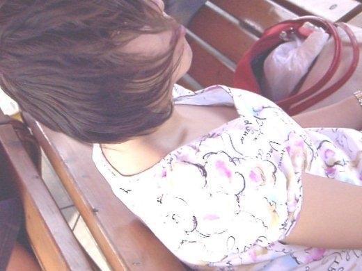乳房とか乳首とかチラチラしてる (7)