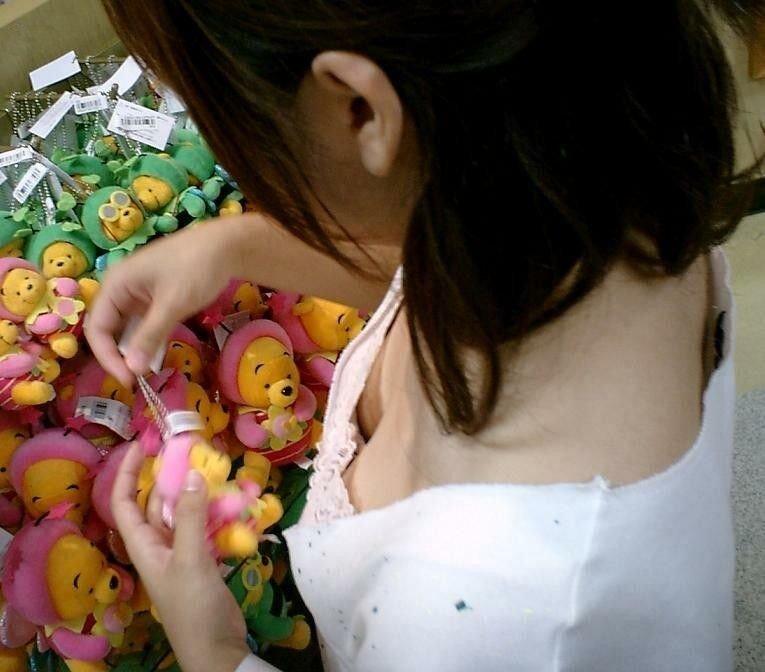 乳房の膨らみが覗ける女の子 (2)