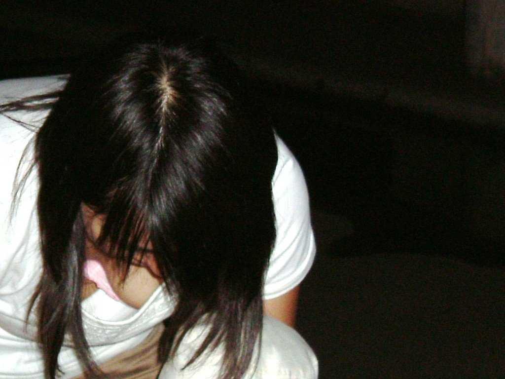 乳房の膨らみが覗ける女の子 (11)