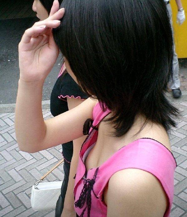 乳房の膨らみが覗ける女の子 (20)