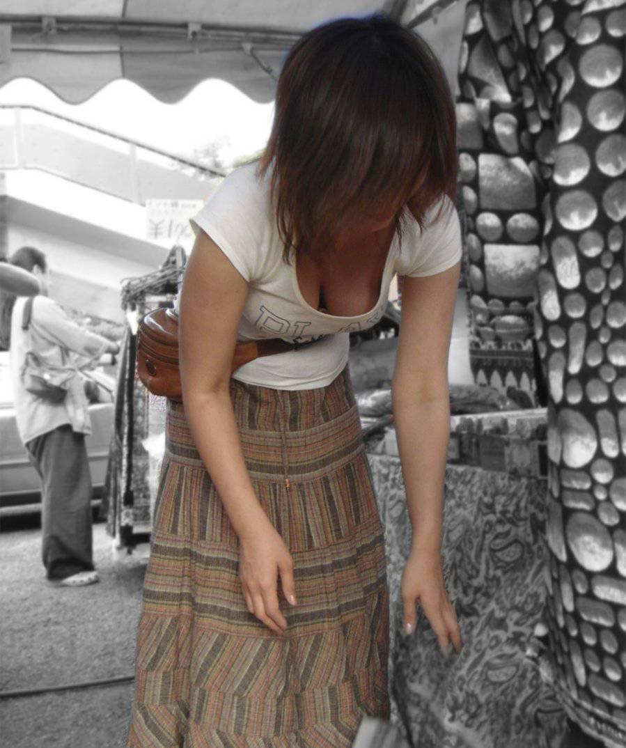 乳房の膨らみが覗ける女の子 (8)