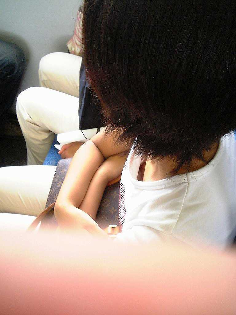 シートに座る女の子のオッパイ (15)
