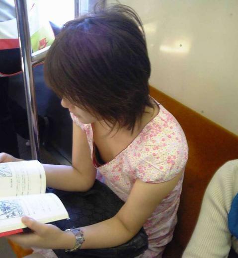 シートに座る女の子のオッパイ (10)