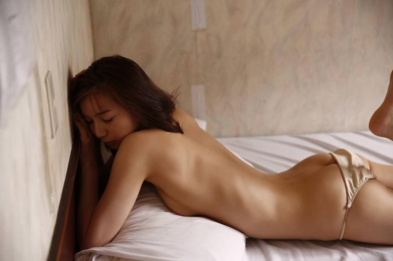 下着を脱いでいる途中のヒップがセクシー (8)