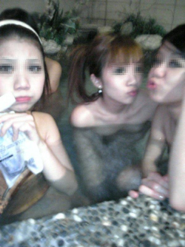 露天風呂で裸の女の子を撮影 (10)