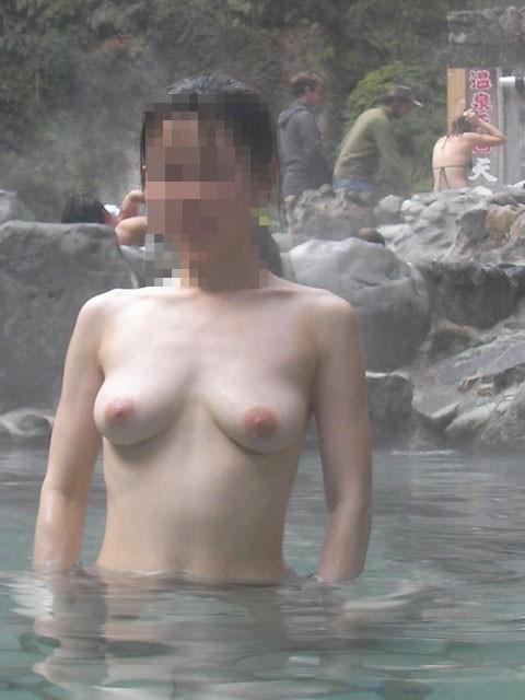 露天風呂で裸の女の子を撮影 (4)