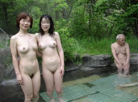 露天風呂で裸の女の子を撮影 (5)