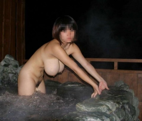 露天風呂で裸の女の子を撮影 (17)