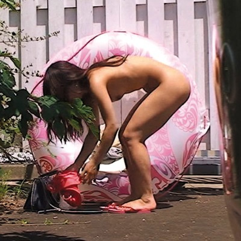 屋外で脱衣したら陰から見られちゃった女の子 (1)