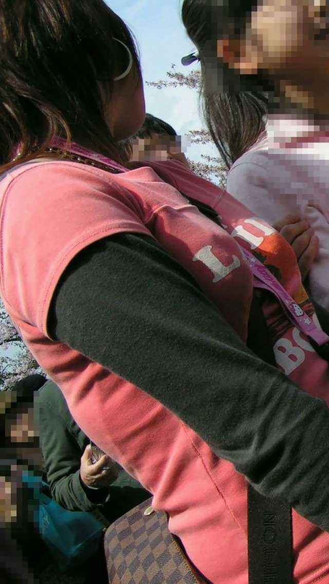 谷間に食い込んで乳房を強調してるカバンの紐 (15)