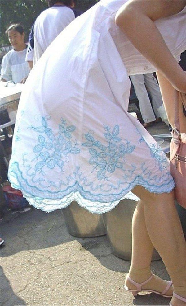 下着がクッキリ見えちゃってる女の子 (12)