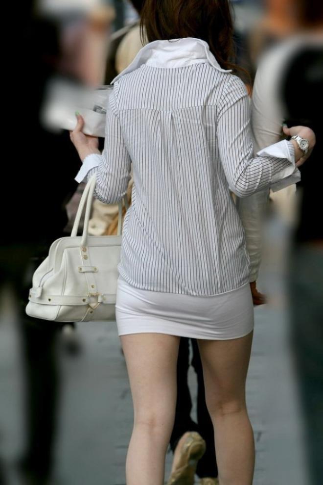 下着がクッキリ見えちゃってる女の子 (9)