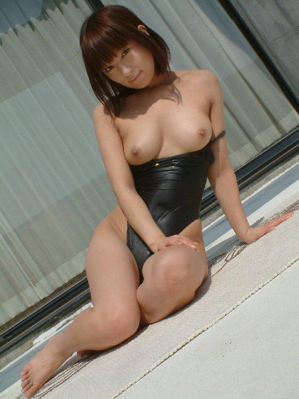 水着から開放された乳房がセクシー (19)