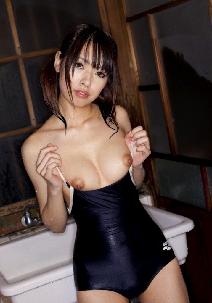 水着から開放された乳房がセクシー (4)