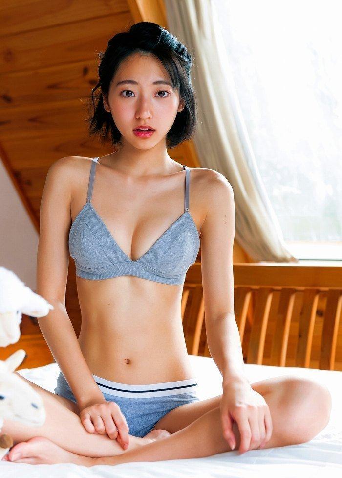 細身で可愛い期待のアイドル、武田玲奈 (20)