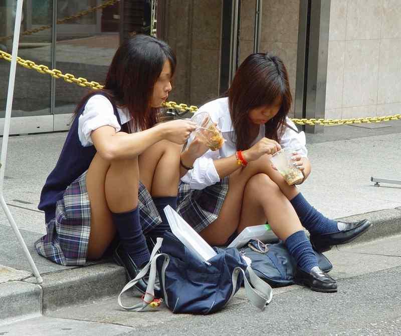女子校生の下着が丸出しになってる (4)